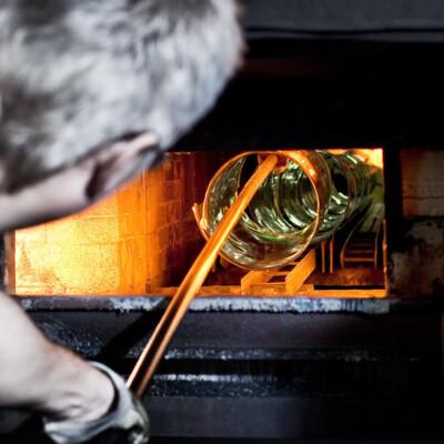 Aufgeschnittener Glaszylinder wird erhitzt und aufgeklappt